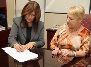 SBA Deputy District Director María de los A. de Jesús signs the Strategic Alliance Memorandum with UPR Carolina Chancellor Trinidad Fernández-Miranda.