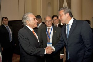 Michael Terner, vice president of Brazil, left, greets Gov. García-Padilla during Tuesday's session of the Global Leaders Forum in Brazil. (Credit: La Fortaleza)