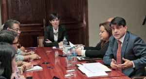 Reporters meet with Chief of Staff Ingrid Vila, Treasury Secretary Melba Acosta and Planning Board President Luis García-Pelatti prior to the address. (Credit: La Fortaleza)
