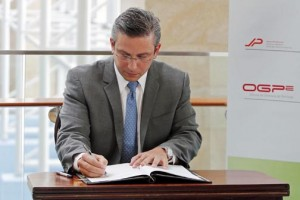 Gov. García-Padilla signs off on the GO bond issue Tuesday.