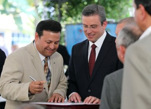 Gov. Alejandro García-Padilla and Caguas Mayor Willie Miranda Torres at the signing earlier this year of an accord to get the proposed Novotren rail system between San Juan and Caguas off the ground.