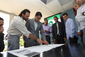 From left: Fernando Silva-Caraballo, director of the Puerto Rico Institute for Conservation Sciences and Luis Cintrón, executive director of the Península de Cantera Development Company discuss the plans of the study unveiled by the Polytechnic students.