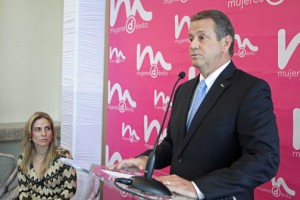 Jesús Méndez, executive vice president of operations of Doral Bank, speaks as Lucienne Gigante, senior vice president of marketing, public relations and community looks on.