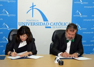 From left: SBA District Director Yvette Collazo and Pontifical Catholic University of Puerto Rico President Jorge Iván Vélez-Arocho during the signing.