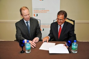 From left: Eugene W. Anderson, dean of the University of Miami's School of Business Administration and Jorge A. Pierluisi, Jr., president of the Jose Jaime Pierluisi Foundation sign the collaborative agreement.