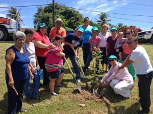 Residents of the Punta Palma community in Barceloneta, along with town Mayor Wanda Soler (kneeling), break ground on the future community park.