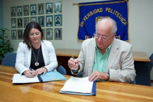 María del Mar López, president at Huertas Junior College and Ernesto Vázquez-Barquet, president of the Polytechnic University in Hato Rey ink the agreement.