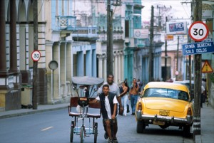 Afternoon traffic in downtown Pinar del Río. (Credit: Larry Luxner)