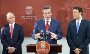 Gov. García-Padilla discusses Crowley's plans for the port of San Juan, as Crowley President Thomas Crowley (left) and Ports Authority Executive Director Víctor Suárez.