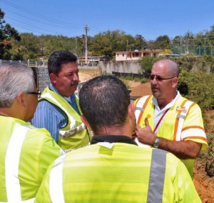 PRHTA Executive Director Javier Ramos-Hernández (right) during a recent field visit. (Credit: DTOP)