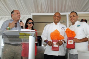 Manuel Catedral, general manager of MasterCard in Puerto Rico announces the winners of this year's challenge: Luis Rosado a student at the San Juan Hotel School and Víctor Bonano, from Universidad del Este.