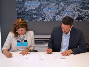 SBA District Director Yvette T. Collazo and Science Trust Executive Director Iván Ríos sign off on the agreement.