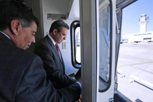From left: Agustín Arellano, CEO of Aerostar Airport Holdings, and Gov. García-Padilla tour the LMM's new facilities.