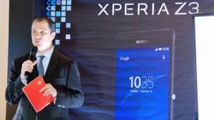 Claro President Enrique Ortiz de Montellano presents the new Sony smartphones.