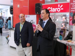 From left: Miguel González, vice president of operations of Plaza Caparra and Claro President Enrique Ortiz de Montellano.