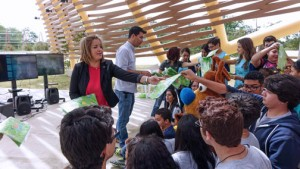 During the first educational workshop Brain Challenge, Rebeca Rivera, manager at FirstBank's Ponce Centro del Sur branch and Emmanuel Vázquez, president of Madre Tierra Atabey distributed environmental packages to the participants of Yauco's Arturo Lluveras and Ponce's Librado Net public schools.