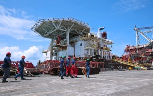 The Lone Star, a pipe-laying barge retired from use, is already docked in the MER facilities in Ceiba for dismantling and recycling procedures.
