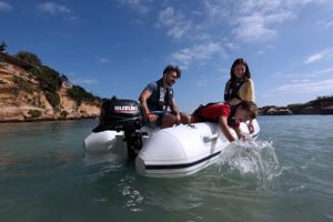 The new lightweight DF6A motor has been redesigned with a larger and more ergonomic integrated carrying handle, making it easy to mount on the transom of a dingy, small, or inflatable boat.