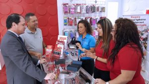 Claro President Enrique Ortiz de Montellano (left) visits the new Orocovis store.