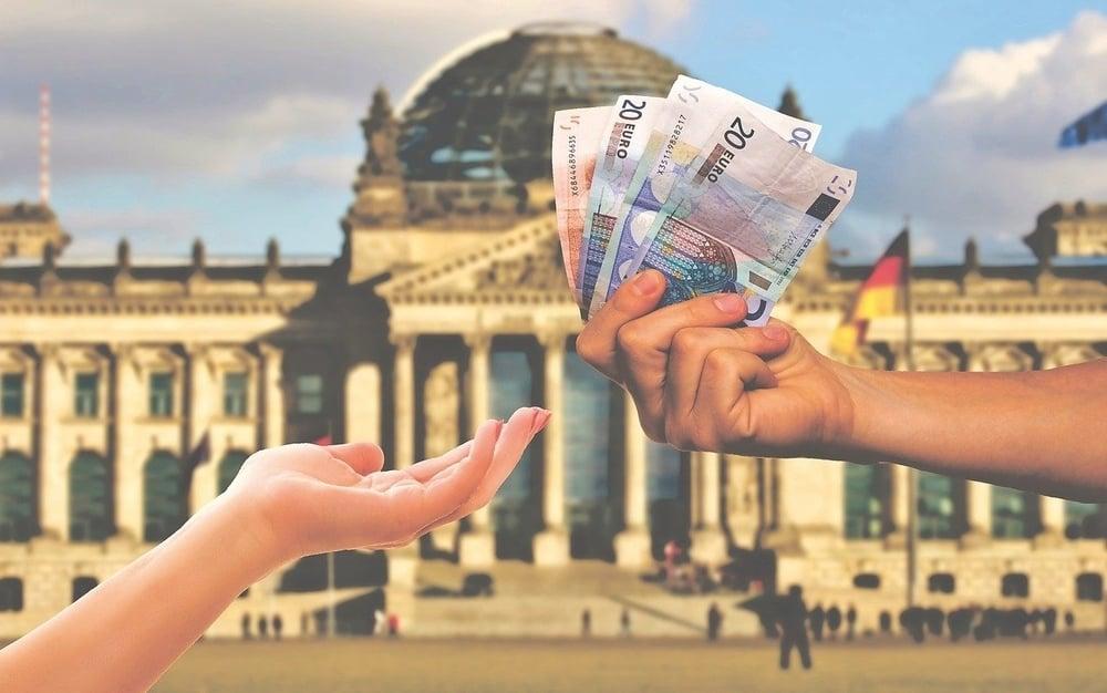 Studenti 100 e lode, il premio di 255 euro è basso: Azzolina annuncia bonus