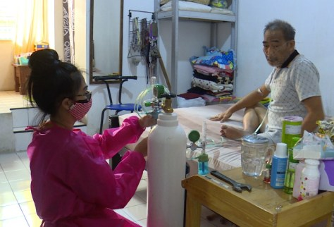COVID-hit Indonesians scramble for oxygen