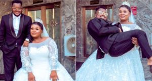 Wife Carries Husband During Wedding Photo Session, Netizens Hilariously React