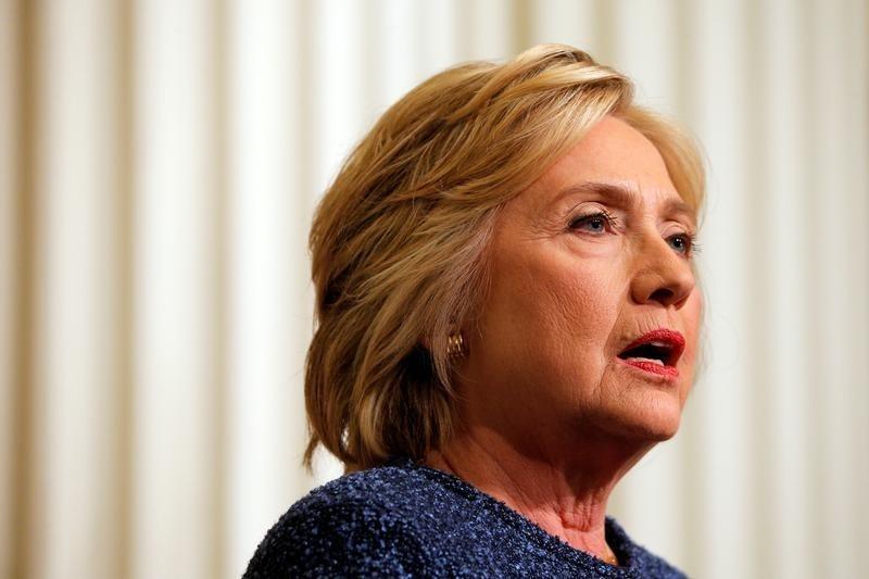9月11日、米大統領選の民主党候補ヒラリー・クリントン前国務長官は、肺炎と診断されたことを受け、カリフォルニア州での遊説を中止した。写真はニューヨークで9日撮影(2016年 ロイター/Brian Snyder)