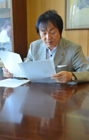 《写真:毎日新聞web》ウィッツからの報告が届いたことを確認する岡本栄市長