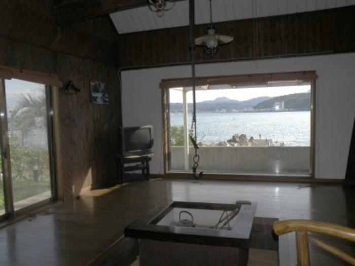【画像出典:http://www.uptown-izu.com】囲炉裏のある吹抜け天井の離れ。炉端焼きを楽しめます
