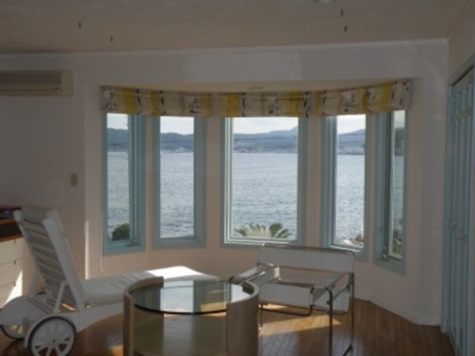 【画像出典:http://www.uptown-izu.com】海を一望する広い寝室