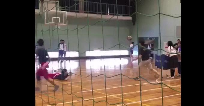 故意にボールをぶつける高校教師