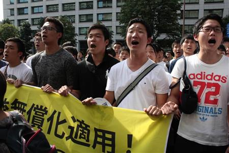 【出典:産経新聞】朝鮮学校無償化訴訟で原告敗訴となり、集まった関係者らが抗議の声を上げた=13日午後、東京地裁前(加藤園子撮影)