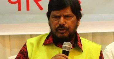 मुंबई के एक कार्यक्रम में केंद्रीय मंत्री रामदास अठावले को एक युवक ने थप्पड़ जड़ दिया।
