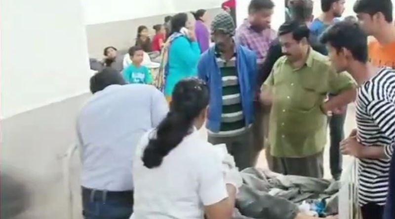 गुजरात में बच्चों को पिकनिक से लेकर लौट रही बस खाई में गिर गई जिसमें 10 बच्चों की मौत हो गई है।