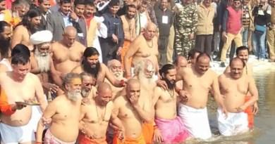 कैबिनेट के साथ योगी आदित्यनाथ ने संगम में लगाई डुबकी