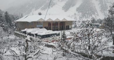 मैदानी इलाकों में रह रहे लोगों को घने कोहरे का सामना कर पड़ रहा है। वहीं पहाड़ी इलाकों में जबरदस्ती बर्फबारी ने जिंदगी की रफ्तार पर ब्रेक लगाया हुआ है।