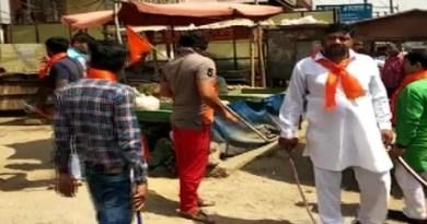 मीट शॉप बंद कराते हिंदू सेना के कार्यकर्ता