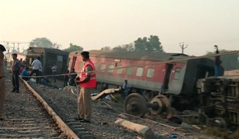 उत्तर पेरदेश के कानपुर में रूमा गांव के पास ट्रेन हादसा हुआ है। रात करीब एक बजे ट्रेन की 12 बोगियां पटरी से उतर गई।