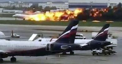 रूस के मॉस्को में विमान हादसा हुआ है। इमरजेंसी लैंडिंग के दौरान विमान में आग लग गई।