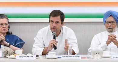 लोकसभा चुनाव में कांग्रेस पार्टी की करारी हार के बाद राहुल गांधी के इस्तीफे की पेशकश भले ही कांग्रेस वर्किंग कमेटी ने ठुकरा दिया है, लेकिन पार्टी अध्यक्ष इस्तीफे पर अड़ गए हैं।