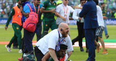 क्रिकेट वर्ल्ड कप 2019 में रोचक मुकाबले में पाकिस्तान ने अफगानिस्तान को हरा दिया। एक वक्त ऐसा लग रहा है कि जैसे पाकिस्तान ये मैच हार जाएगा, लेकिन एक ओवर ने मैच बदला और पाकिस्तान ने अफगानिस्तान को तीन विकेट से हरा दिया।