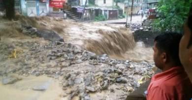 उत्तराखंड में भारी बारिश और भूस्खलन से परेशान लोगों के लिए मौसम विभाग ने एक और चेतावनी जारी की है। आने वाला दो दिन राज्य के लोगों पर भारी पड़ सकता है।