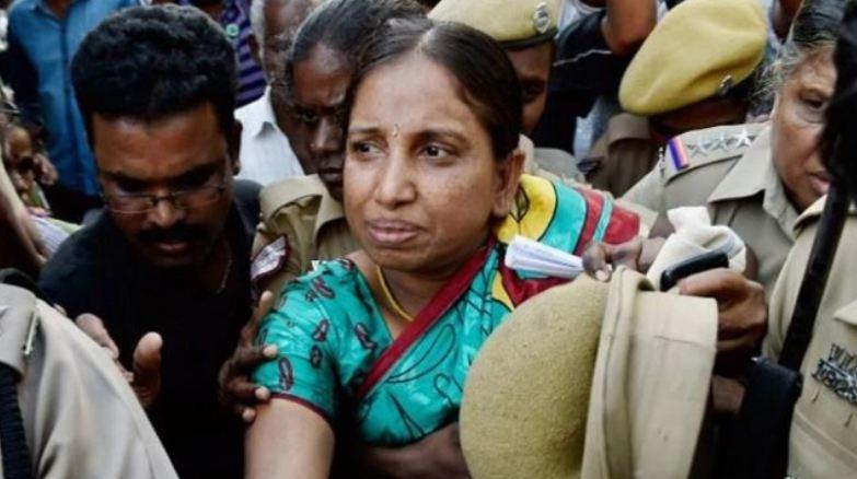 राजीव गांधी की हत्या के केस में उम्रकैद की सजा काट रही नलिनि श्रीहरन को मद्रास हाईकोर्ट ने एक महीने की पैरोल दी है। उन्हें ये पैरोल बेटी की शादी में शामिल होने के लिए मिली है।