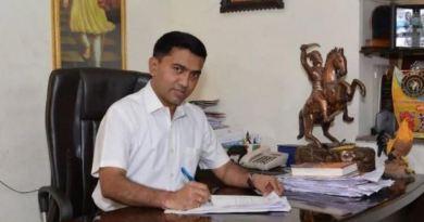 कर्नाटक के बाद गोवा में भी कांग्रेस में फूट सामने आई है। गोवा में कांग्रेस ने जिस शख्स को अपने विधायकों का नेतृत्व करने का जिम्मा सौंपा था, वही शख्स दस विधायकों के साथ बीजेपी में शामिल हो गया।