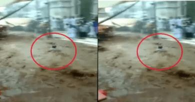 मूलाधार बारिश के बाद सड़क पर बहा इंसान