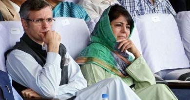 देर रात कश्मीर की दो बड़ी राजनीतिक पार्टियों के दो बड़े नेता उमर अब्दुल्ला और महबूबा मुफ्ति को नजरबंद कर दिया गया।