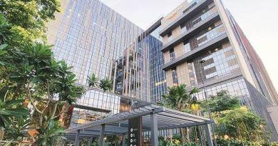ई-कॉमर्स कंपनी अमेजन ने अपना नया कैंपस हैदराबाद में खोला है। ऑफिस आठ अजूबों में से एक ताजमहल से भी 50 गुना ज्यादा बड़ा है। कैंपस करीब 9.5 एकड़ में फैला है।