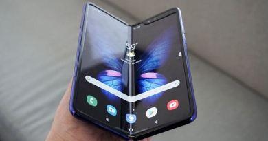 सैमसंग ने भारत में पहला फोल्डेबल एंड्रॉयड स्मार्टफोन लॉन्च कर दिया है। फोन की खासयिसत यै है कि इसका डिस्पले यानि स्क्रीन मुड़ने वाली है।