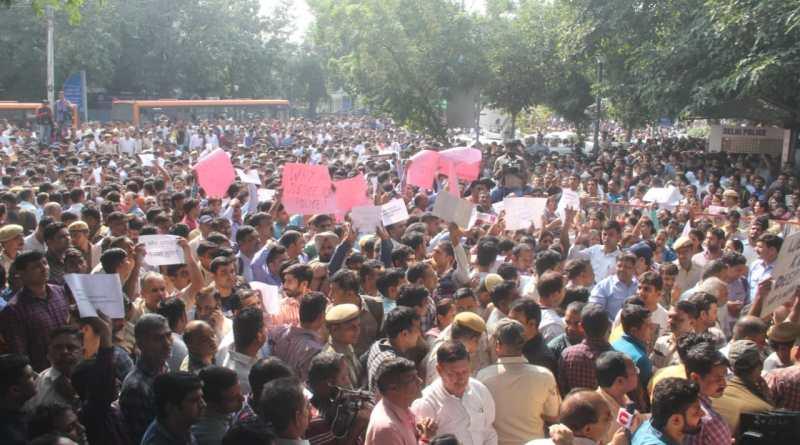 दिल्ली में पुलिस और वकीलों के बीच शुरू हुआ बवाल काफी मान मनौव्वल के बाद चौथे दिन थम गया है। प्रदर्शनकारियों की सभी मांगों को मान लिया गया है।