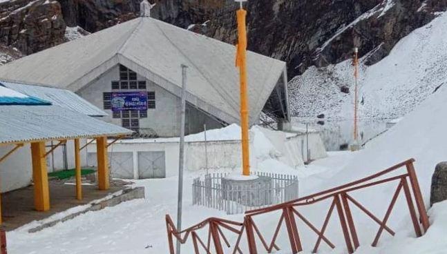 चमोली में हेमकुंड साहिब में कपाट बंद होने के बाद से ही भारी बर्फबारी हो रही है। करीब दो फीट तक बर्फ जमा हो गई है।